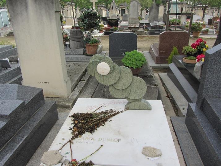 Cementerio de Montparnasse. Tumba de Cortázar y de Carol Dunlop. Escultura de Julio Silva.