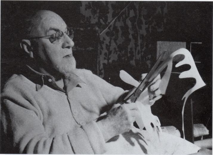 Henri Matisse en 1948 recortando sus famosas aguadas