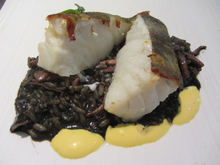 Restaurante aQua  Bacalao con arroz negro y mahonesa de lima. Foto: Bárbara