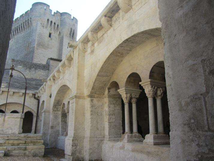 Torre vigía y claustro de la abadía de Montmajour. Foto: Bárbara
