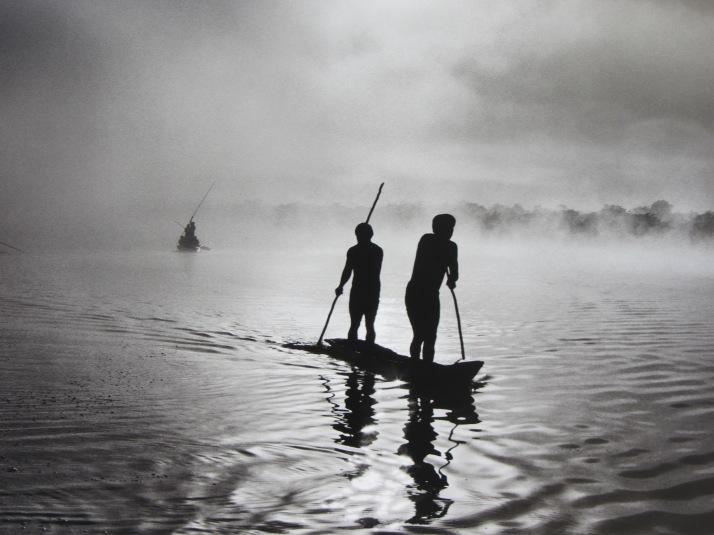 Sebastiao Salgado: La Amazonía y el Pantanal. Un grupo de waurás pescando en el lago Piyulaca. Brasil. 2005.