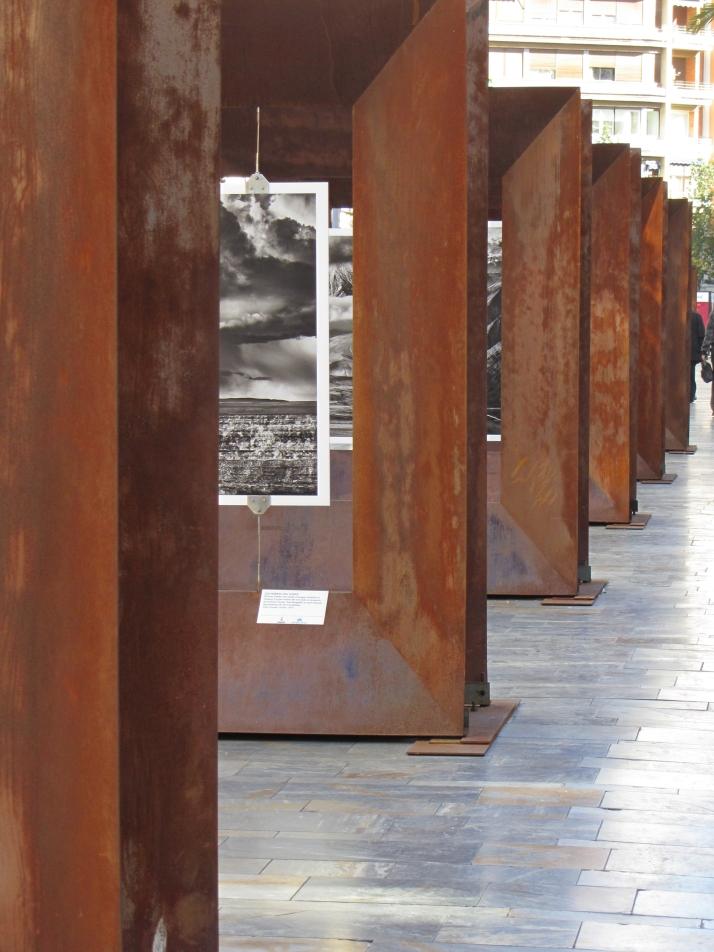 """Instalación de la Exposición """"Genesis"""" de Sebastiao Salgadp. Murcia."""