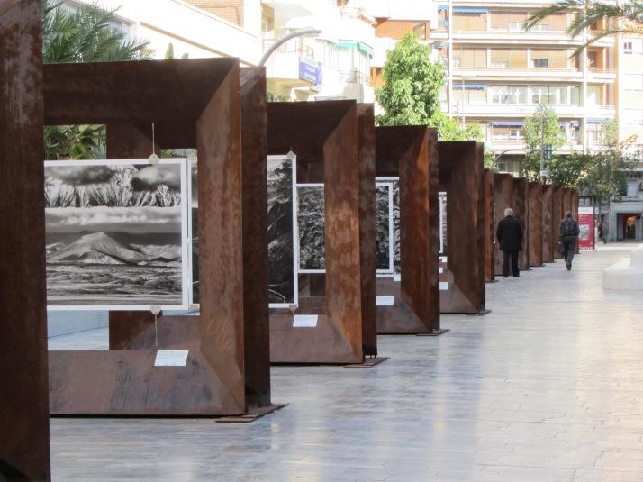 Instalación de la exposición, patrocinada por CaixaForum. Avd. de la Constitución. Murcia.