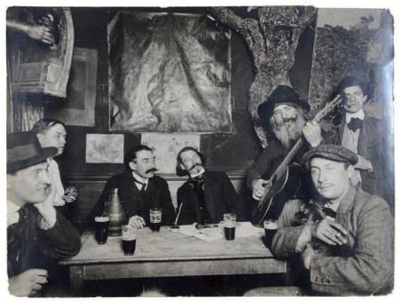 """Interior de """"El Lapin agile"""". Escuchando al Père Frédé, Midigliani, Francis Cascs, Paul Fosrt y Gaston Conté"""