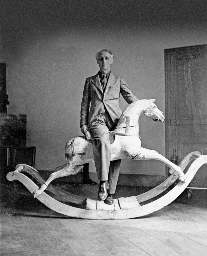 Max Ernst con caballito mecedor. París 1938.