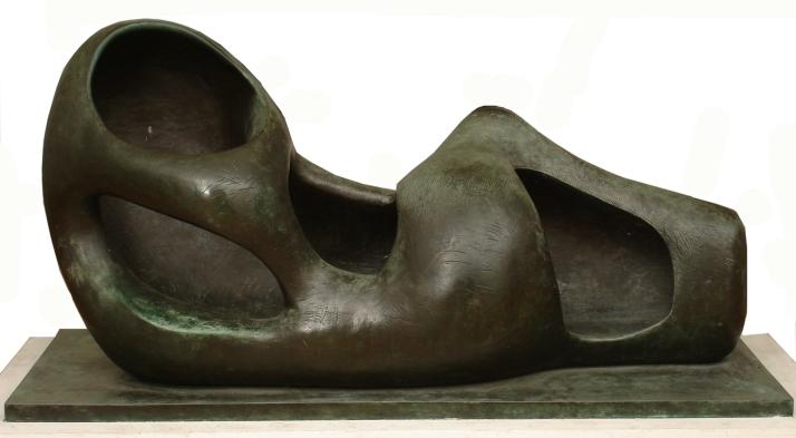 """Henry Moore: """"Figura reclinada, formas externas, 1953-57. Museo Nacional de Bellas Artes, Buenos Aires."""