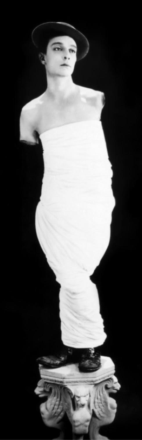 Buster Keaton posando como la Venus de Milo (retrato de promoción de 1938)