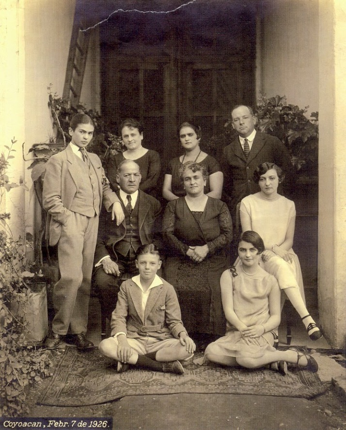 """Guillermo Khalo: """" Retrato familiar en la Casa Azul de Coyoacan"""", 1926 (Frida, primera por la izda. vestida de hombre)"""