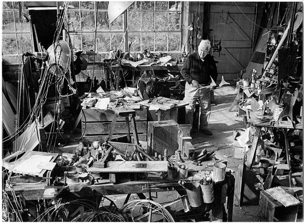 Calder en su estudio