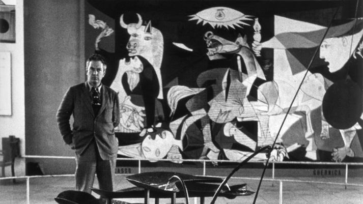 Calder frente a su fuente y con el Guernika al fondo