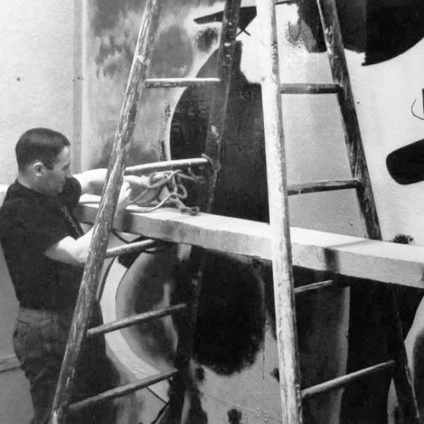 Joan Miró trabajando en su obra dentro del Pabellón.